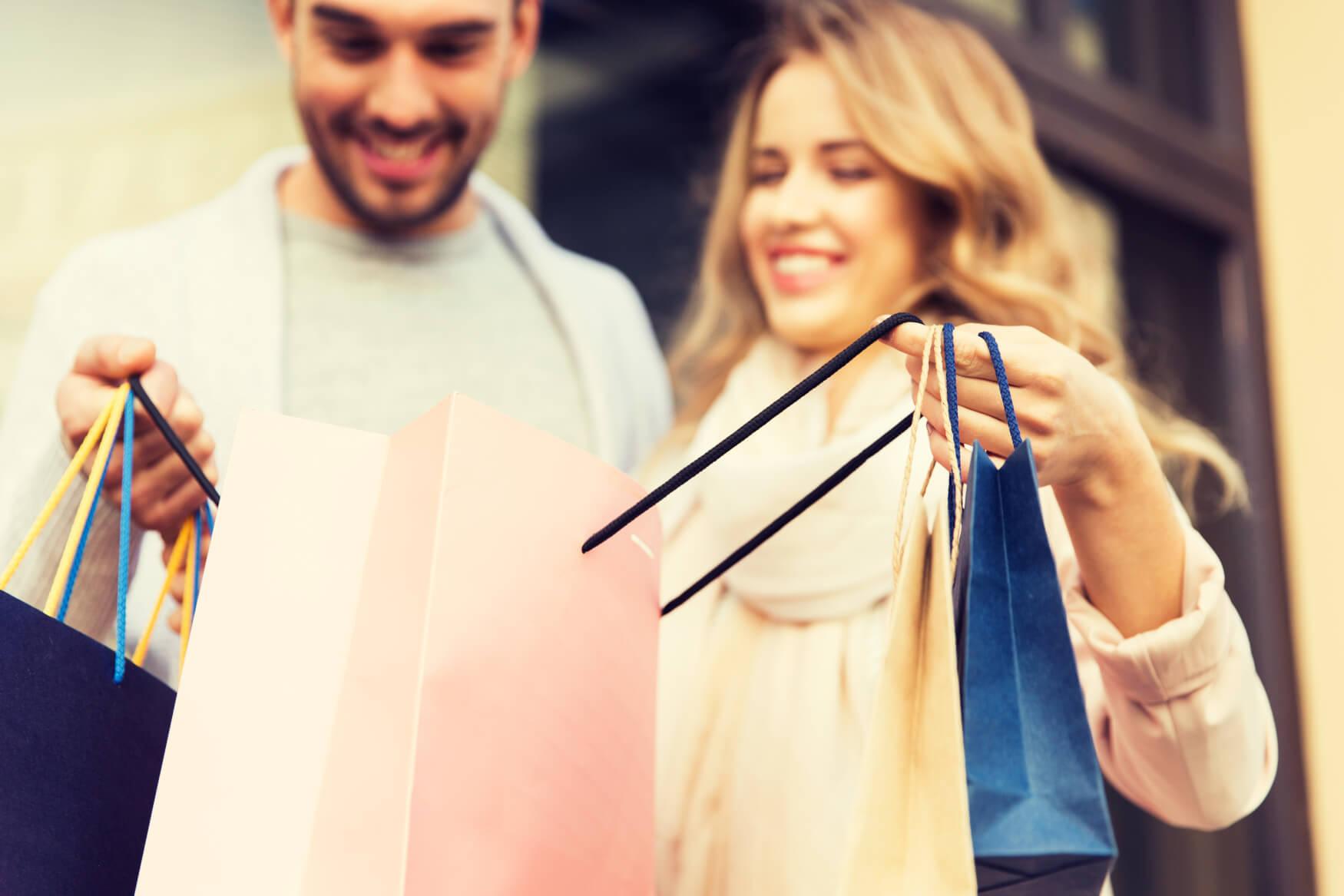 Pärchen-beim-Shoppen-mit-Einkaufstüten